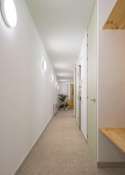 Moderno Recibidor y pasillo by FFWD Arquitectes