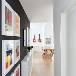 На фото: коридор среднего размера в стиле модернизм с белыми стенами и светлым паркетным полом