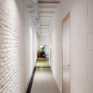 Foto de recibidores y pasillos industriales, de tamaño medio, con paredes blancas y suelo de baldosas de cerámica