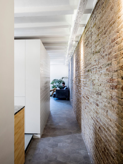 Couloir avec un sol en carrelage de c ramique et un mur for Carrelage style industriel