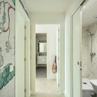 Exotisk inredning av en liten hall, med vita väggar, klinkergolv i keramik och beiget golv