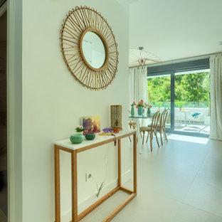 Idéer för en liten exotisk hall, med vita väggar, klinkergolv i keramik och beiget golv