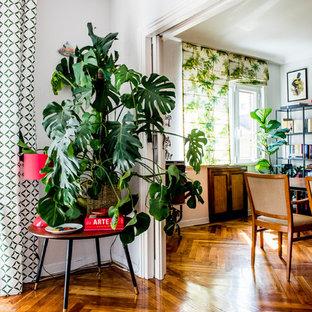 Aménagement d'un couloir exotique de taille moyenne avec un mur blanc et un sol en bois brun.