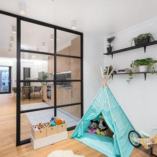 Modelo de recibidores y pasillos contemporáneos, de tamaño medio, con paredes blancas y suelo de madera en tonos medios