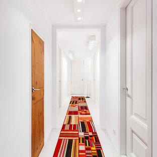 Diseño de recibidores y pasillos actuales, de tamaño medio, con paredes blancas, suelo de cemento y suelo gris