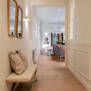 ビルバオの中くらいのコンテンポラリースタイルのおしゃれな廊下 (白い壁、ラミネートの床、茶色い床) の写真