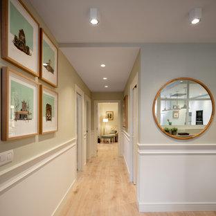 他の地域の広いトラディショナルスタイルのおしゃれな廊下 (緑の壁、ラミネートの床、ベージュの床、壁紙) の写真