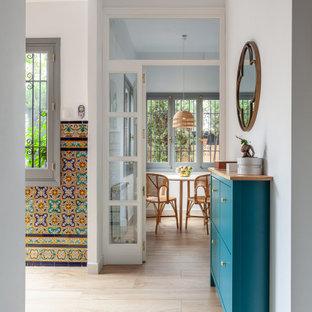 Ejemplo de recibidores y pasillos mediterráneos, de tamaño medio, con suelo de baldosas de cerámica, suelo beige y paredes grises