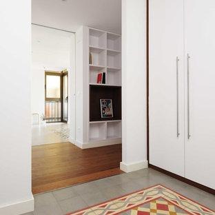 他の地域の中サイズのコンテンポラリースタイルのおしゃれな廊下 (白い壁、マルチカラーの床) の写真