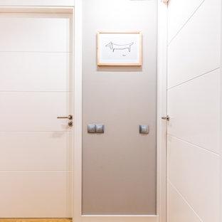 Idee per un piccolo ingresso o corridoio design con pareti beige e pavimento in laminato