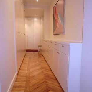 Foto di un ingresso o corridoio tradizionale di medie dimensioni con pareti bianche e pavimento in legno massello medio