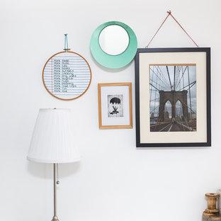 Inspiration för en mellanstor tropisk hall, med vita väggar, klinkergolv i keramik och grått golv