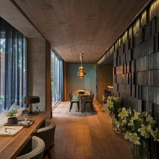 Inspiration pour un couloir bohème de taille moyenne avec un mur noir, un sol en bois brun et un plafond décaissé.