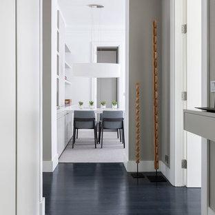 Ejemplo de recibidores y pasillos actuales, de tamaño medio, con paredes grises y suelo de madera oscura