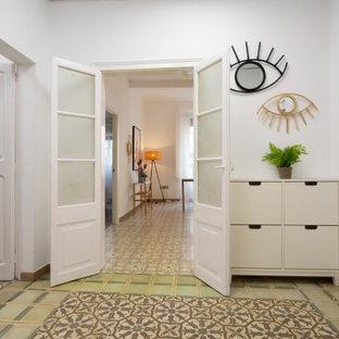 バルセロナの中くらいの北欧スタイルのおしゃれな廊下 (白い壁、セラミックタイルの床、マルチカラーの床) の写真