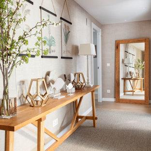Ejemplo de recibidores y pasillos marineros con suelo de madera clara y suelo beige