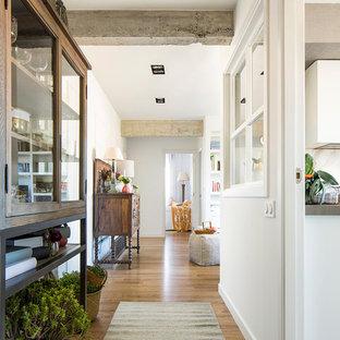 Imagen de recibidores y pasillos románticos, de tamaño medio, con paredes blancas