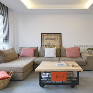 Imagen de sala de estar abierta, mediterránea, con paredes blancas y suelo gris