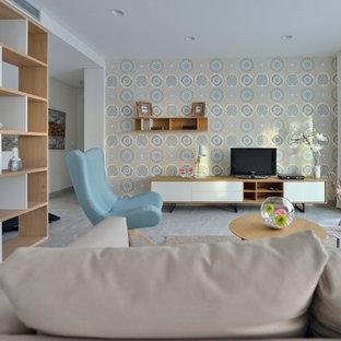 Diseño de sala de estar con biblioteca abierta, nórdica, de tamaño medio, sin chimenea, con paredes multicolor y pared multimedia