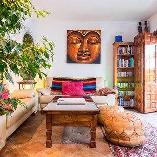 Diseño de sala de estar abierta, exótica, con paredes blancas