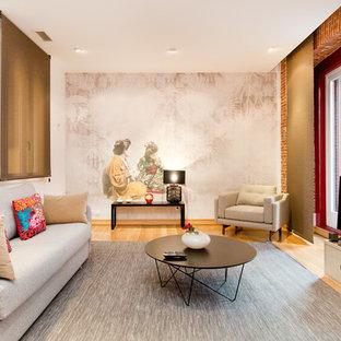 Ejemplo de sala de estar de estilo zen, sin chimenea, con televisor independiente, paredes blancas y suelo de madera clara