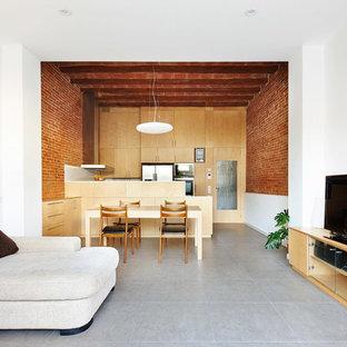 Imagen de sala de estar abierta, industrial, de tamaño medio, sin chimenea, con paredes blancas, suelo de baldosas de cerámica y televisor independiente