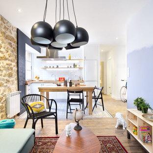 Modelo de sala de estar abierta, tradicional renovada, de tamaño medio, sin chimenea y televisor, con paredes multicolor y suelo de madera en tonos medios