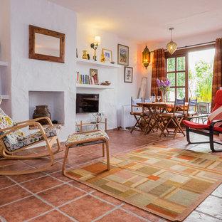 マラガの大きい地中海スタイルのおしゃれなファミリールーム (白い壁、テラコッタタイルの床、壁掛け型テレビ、暖炉なし) の写真