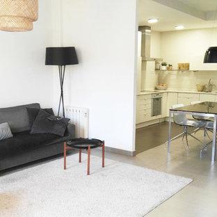 Идея дизайна: открытый комната для игр в современном стиле с белыми стенами, полом из керамической плитки, угловым ТВ и бежевым полом