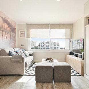 Ejemplo de sala de estar tipo loft, moderna, pequeña, con paredes blancas, suelo de baldosas de porcelana y televisor colgado en la pared