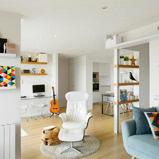 Ispirazione per un soggiorno scandinavo aperto e di medie dimensioni con pareti bianche, parquet chiaro, libreria, nessun camino e nessuna TV