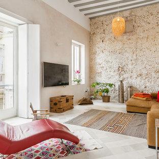 Ejemplo de sala de estar mediterránea, sin chimenea, con paredes beige y televisor colgado en la pared