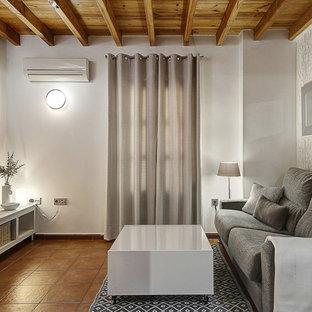 Modelo de sala de estar cerrada, contemporánea, con televisor independiente y suelo marrón