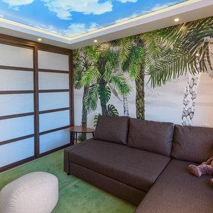 マラガの小さいアジアンスタイルのおしゃれな独立型ファミリールーム (マルチカラーの壁、竹フローリング、ベージュの床) の写真