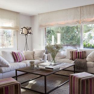 Modelo de sala de estar clásica renovada, de tamaño medio, sin chimenea, con paredes blancas