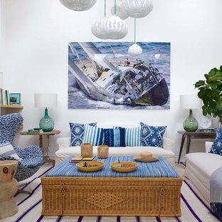 Idée de décoration pour une salle de séjour marine fermée et de taille moyenne avec un mur blanc, un téléviseur fixé au mur et aucune cheminée.