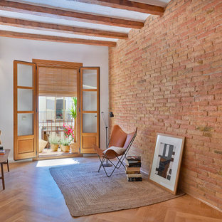 Diseño de sala de estar abierta, mediterránea, de tamaño medio, sin chimenea y televisor, con paredes blancas, suelo de madera en tonos medios y suelo marrón
