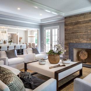 Immagine di un soggiorno tradizionale con pareti grigie, camino classico, nessuna TV e moquette
