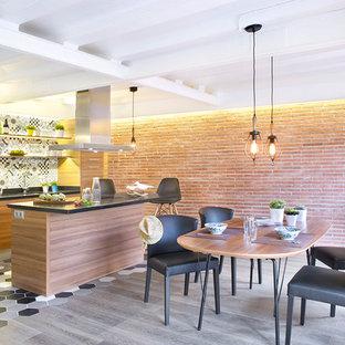 Idées déco pour une grande salle de séjour industrielle ouverte avec un mur orange, un sol en bois clair, aucune cheminée et aucun téléviseur.