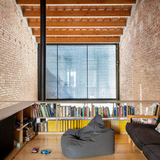 Foto di un piccolo soggiorno industriale stile loft con sala giochi, pareti rosse, parquet chiaro, TV autoportante, pavimento beige, soffitto a volta e pareti in mattoni