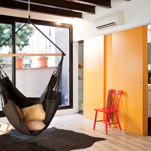 Foto de sala de estar abierta, actual, pequeña, con paredes negras, suelo de baldosas de cerámica y suelo negro