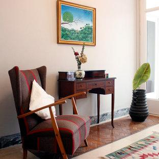Modelo de sala de estar cerrada, vintage, pequeña, sin chimenea y televisor, con paredes rosas y suelo de madera en tonos medios