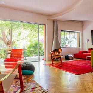 Esempio di un grande soggiorno contemporaneo chiuso con pavimento in legno massello medio, pareti bianche, camino classico e nessuna TV