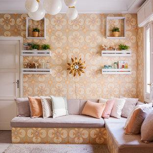 Diseño de sala de estar ecléctica, pequeña, sin televisor, con paredes multicolor