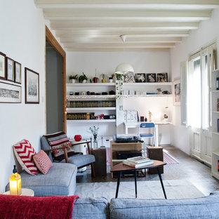 Modelo de sala de estar con biblioteca cerrada, mediterránea, de tamaño medio, sin chimenea y televisor, con paredes blancas