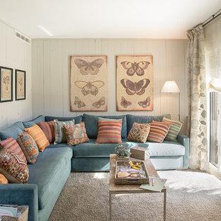 Diseño de sala de estar cerrada, tradicional, de tamaño medio, con moqueta
