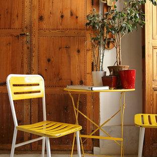 Imagen de sala de estar abierta, mediterránea, pequeña, sin chimenea y televisor, con paredes blancas y suelo de mármol