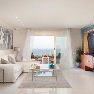 Modelo de sala de estar cerrada, mediterránea, grande, sin chimenea, con paredes beige, televisor colgado en la pared y suelo de baldosas de cerámica