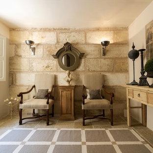 Ejemplo de sala de estar cerrada, clásica, pequeña, sin chimenea y televisor, con paredes beige y suelo de piedra caliza