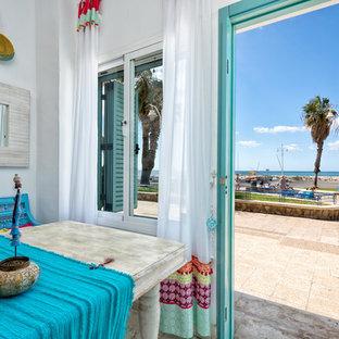 マラガの中くらいのトロピカルスタイルのおしゃれなオープンリビング (白い壁、暖炉なし、テレビなし) の写真